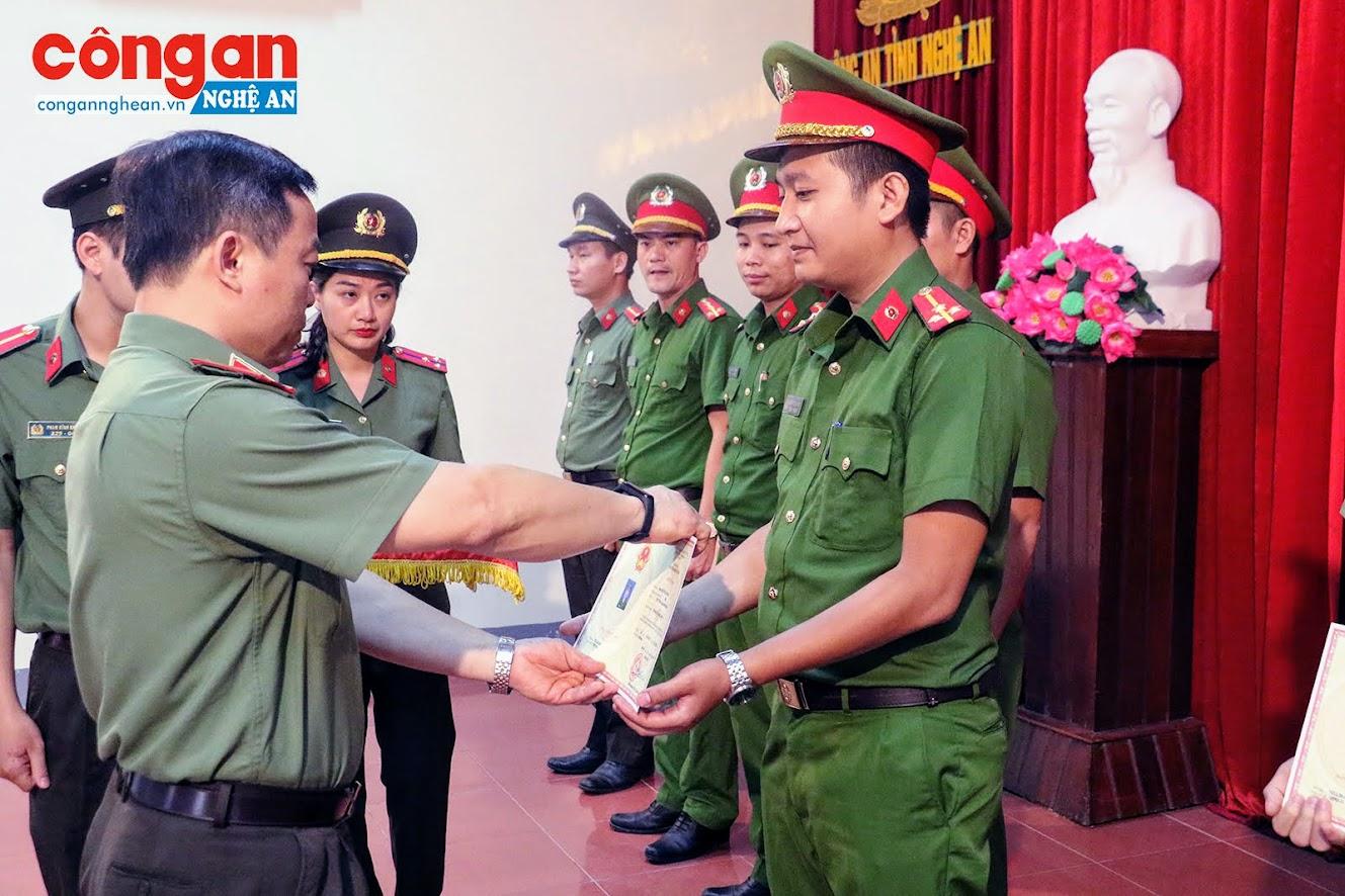 Thiếu tướng Phan Xuân Tuy, Phó Giám đốc Học viện Chính trị CAND trao thưởng cho các học viên đạt thành tích.