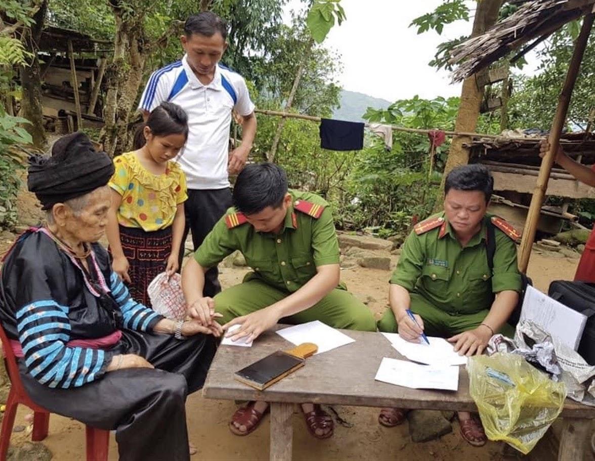 Cán bộ Công an huyện Tương Dương làm thủ tục cấp phát CMND cho người dân tại nhà