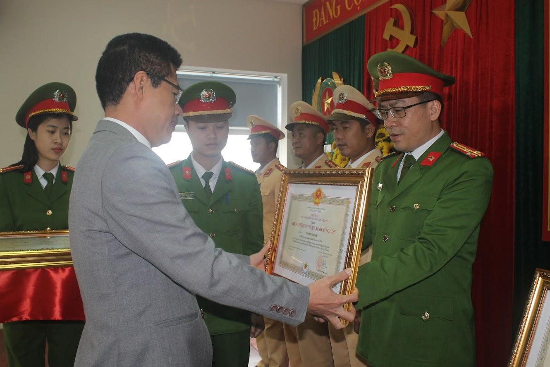 Đồng chí Bí thư Thị ủy trao tặng Huy chương Vì ANTQ cho đồng chí Nguyễn Bình Hà
