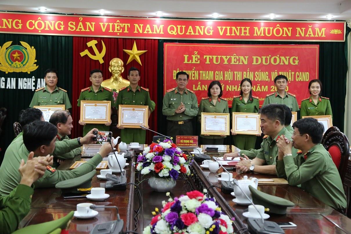 Thiếu tướng Võ Trọng Hải, Giám đốc Công an tỉnh tặng Giấy khen cho các cá nhân đạt thành tích xuất sắc tại Hội thi.