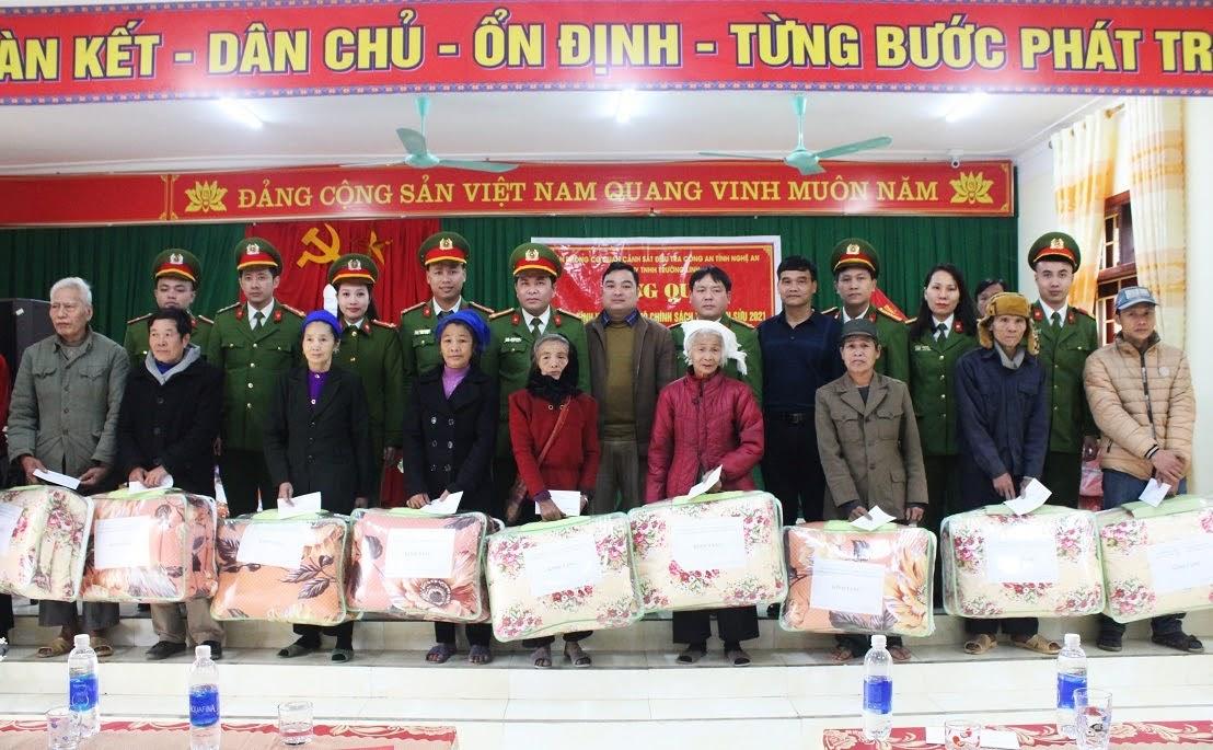 Văn Phòng Cơ quan CSĐT Công an tỉnh và Công ty TNHH Trường Linh tặng quà cho các hộ dân có hoàn cảnh khó khăn, gia đình chính sách.