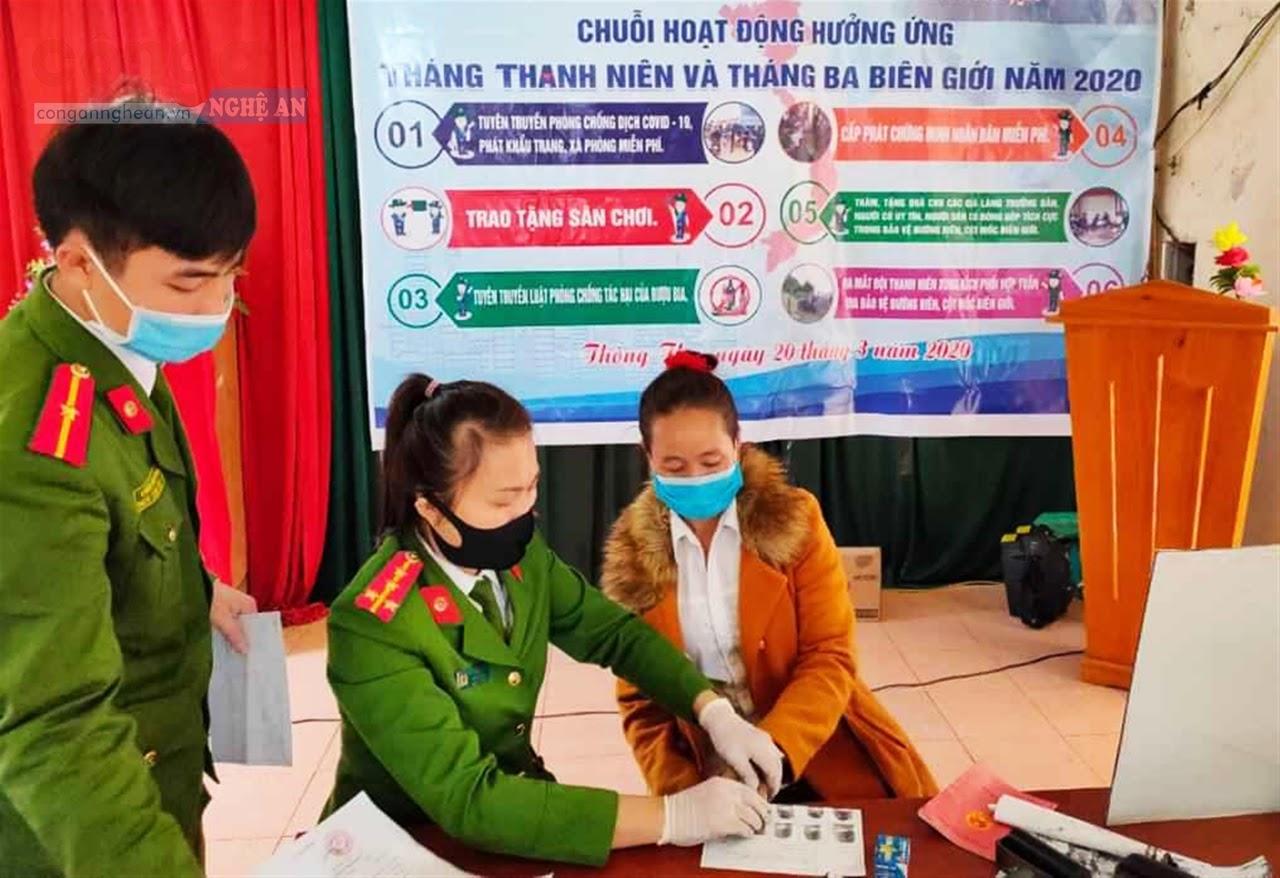 Đội Cảnh sát QLHC về TTXH Công an huyện Quế Phong về tận các xóm, bản nơi vùng sâu, vùng xa để làm thủ tục cấp, phát CMND miễn phí cho nhân dân