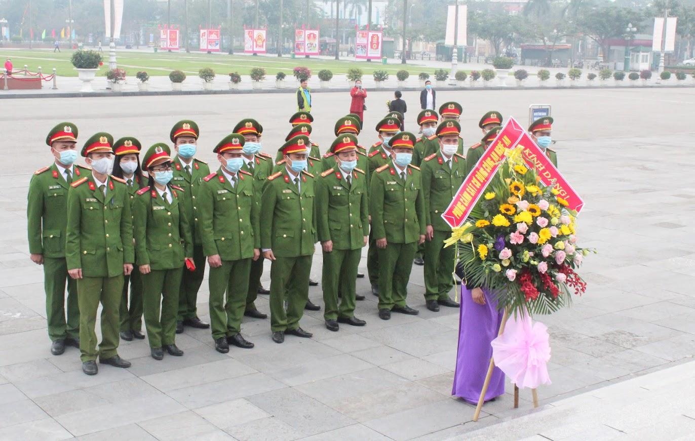 Phòng Cảnh sát Cơ động Công an tỉnh dâng hoa tưởng niệm Chủ tịch Hồ Chí Minh