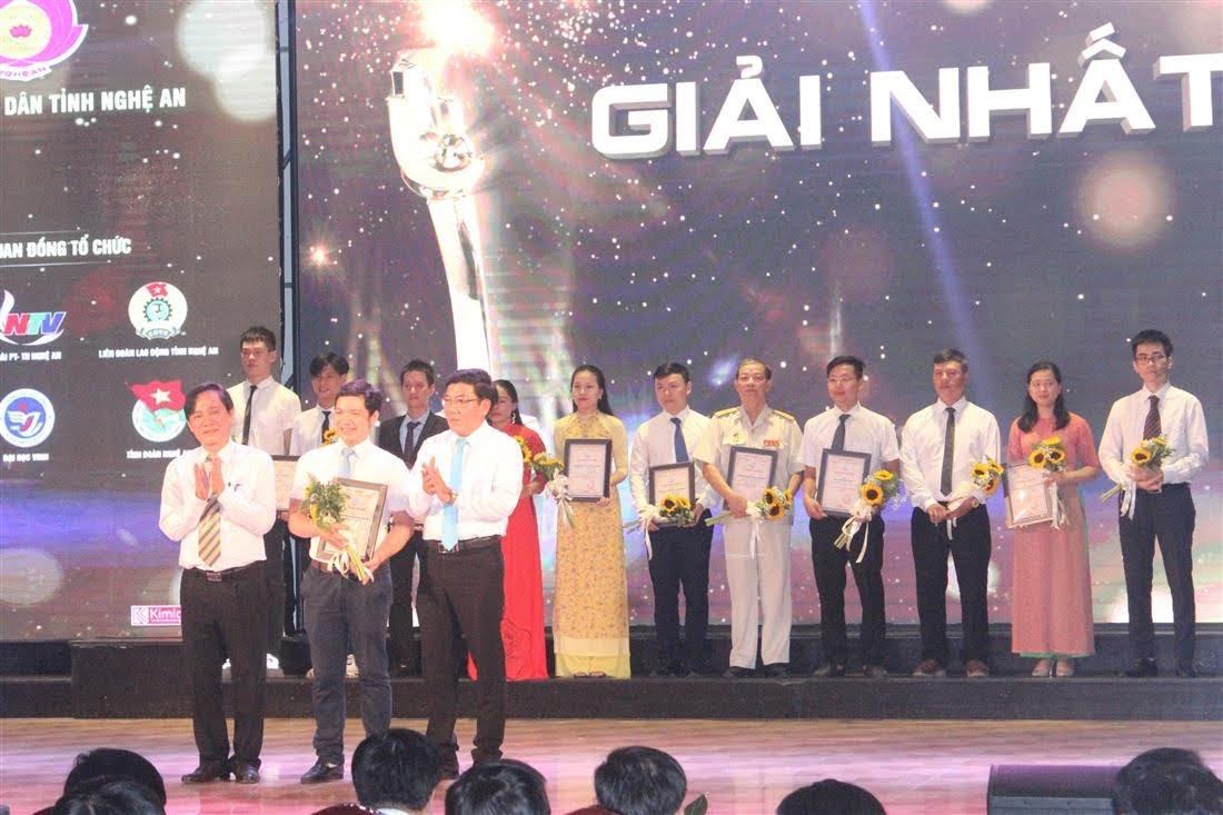 Ông Thân Ngọc Hoàng - Phó Vụ trưởng Vụ phát triển KH&CN địa phương và ông Trần Quốc Thành - Giám đốc Sở KH&CN Nghệ An trao giải Nhất cho nhóm tác giả đạt giải Khởi nghiệp đổi mới sáng tạo