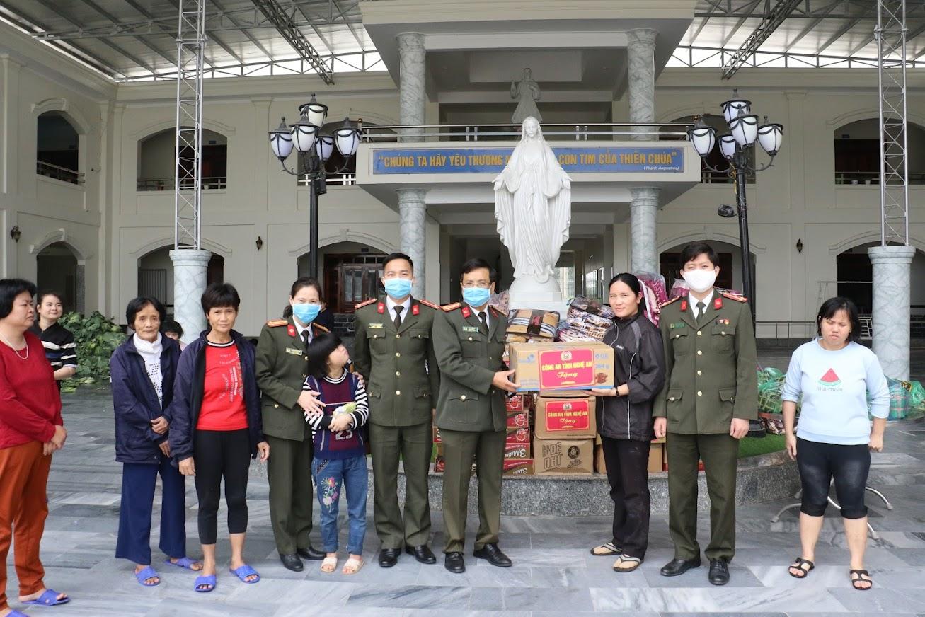 Tặng quà tại Mái ấm Thiên Tâm, xã Đô Thành, huyện Yên Thành