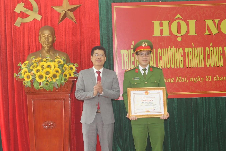 Trao Bằng khen của Chủ tịch UBND tỉnh cho đồng chí Nguyễn Bình Hà, Trưởng Công an thị xã