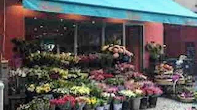 エミリー、パリへ行く カミーユたちと3人で カミーユがバラくわえる花屋