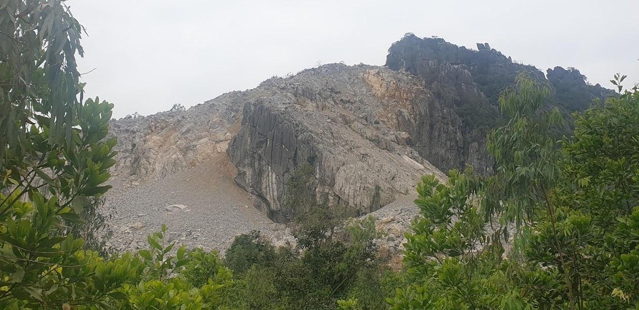 Quá trình nổ mìn, đá rơi xuống ảnh hưởng hoa màu của người dân phía dưới.