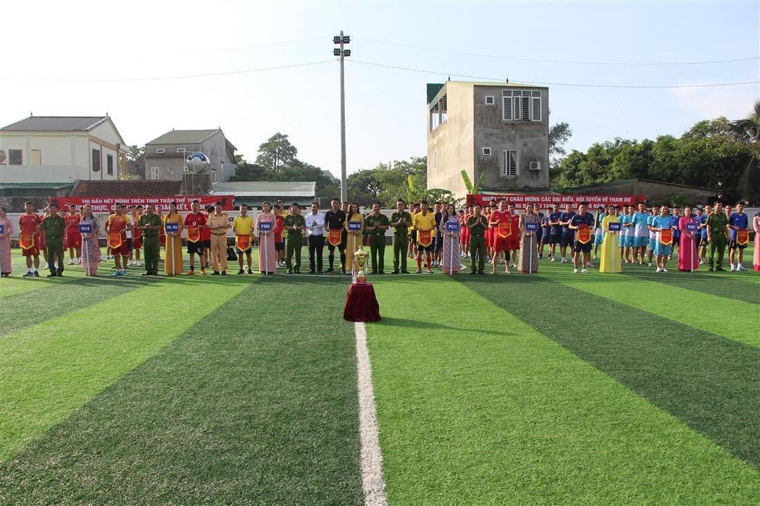 Ban tổ chức trao cờ, chụp ảnh  lưu niệm cho các đội bóng