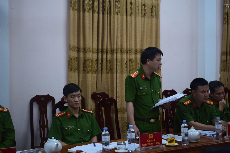 Đồng chí Thượng tá Trần Phúc Tú, Trưởng Công an huyện Tương Dương phát biểu tại Hội nghị.