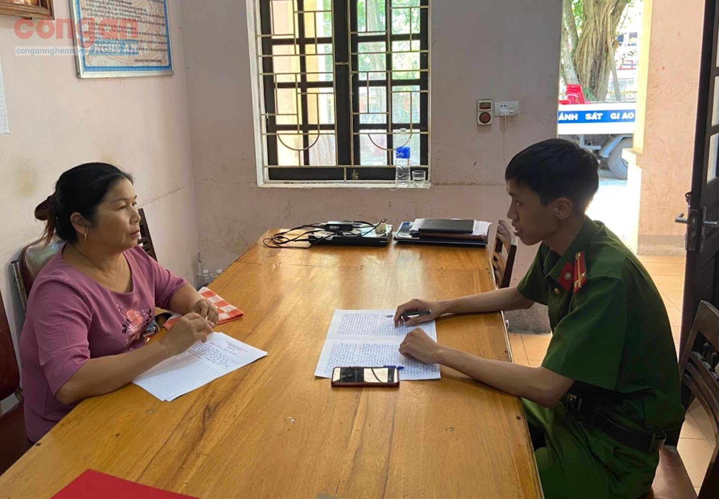 Công an huyện Tương Dương lấy lời khai đối tượng mua bán người