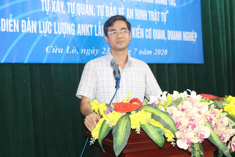 Ông Đinh Viết Hoàng, Phó Giám đốc Công ty thông báo về kết quả về công tác phối hợp giữa 2 đơn vị trong thời gian qua