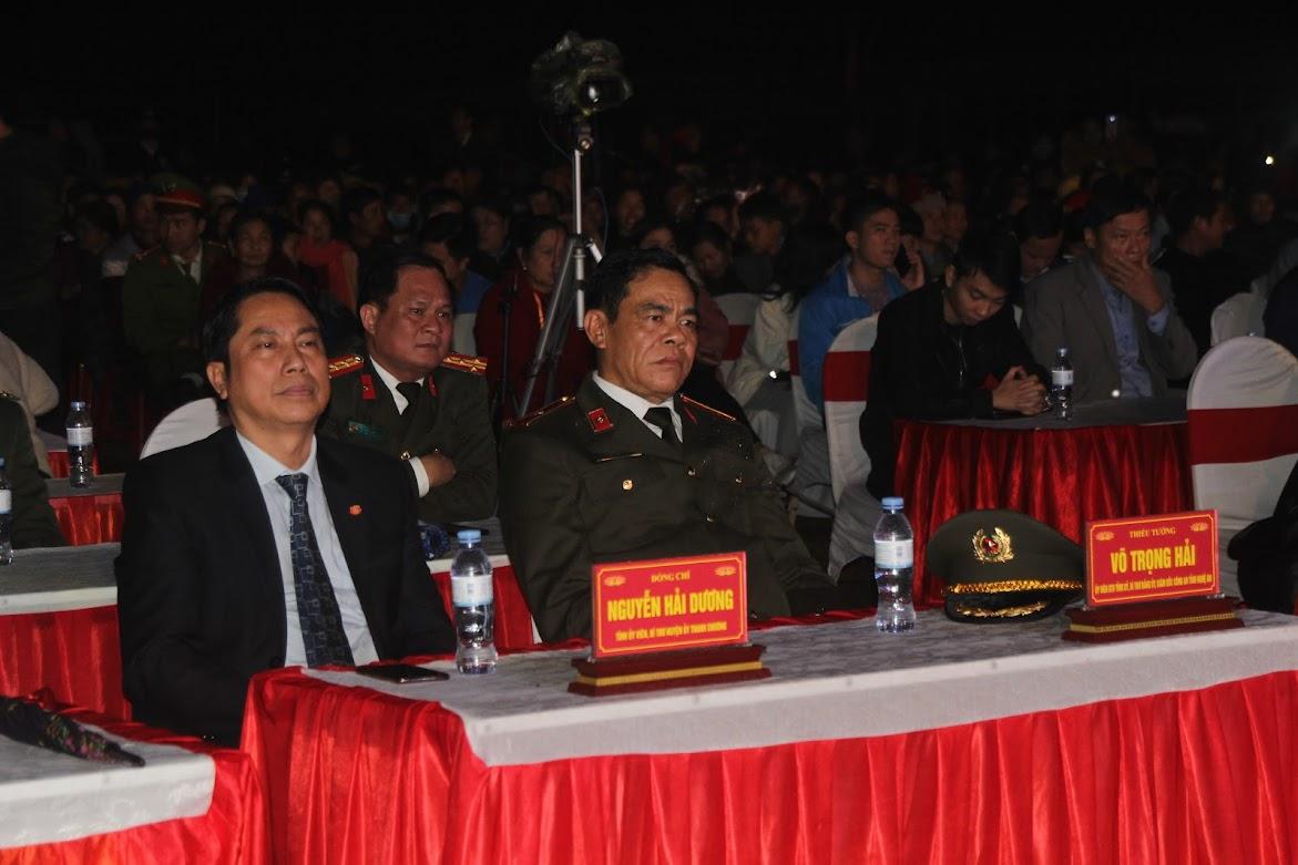 Thiếu tướng Võ Trọng Hải, Giám đốc Công an Nghệ An và ông Nguyễn Hải Dương - Bí thư huyện ủy Thanh Chương tại đêm giao lưu
