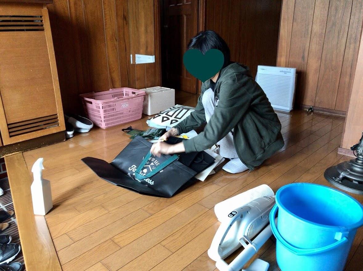 玄関で物置から出したものを掃除