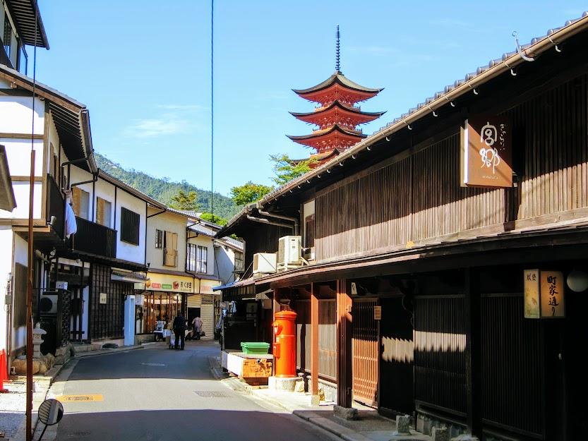 瀬戸内海に面する厳島神社の鳥居前町『宮島』