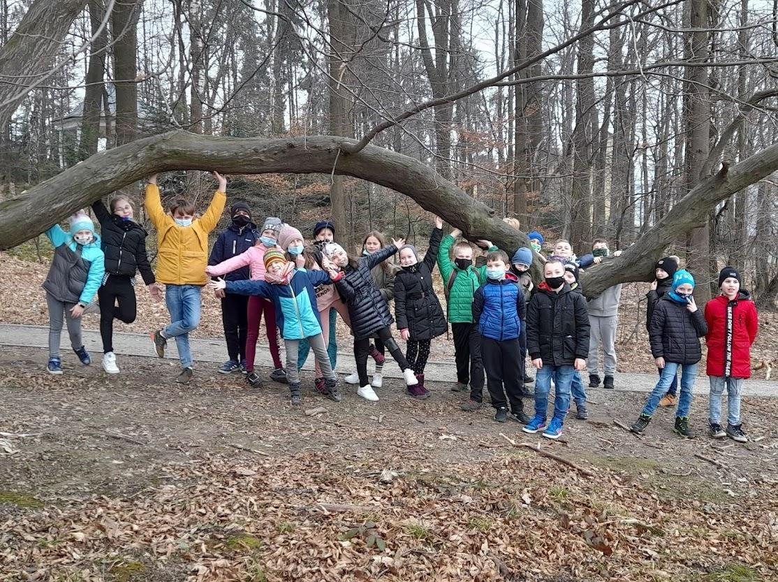 Grupa uczniów w parku.