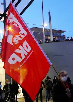 Demonstrant mit DKP-Fahne.