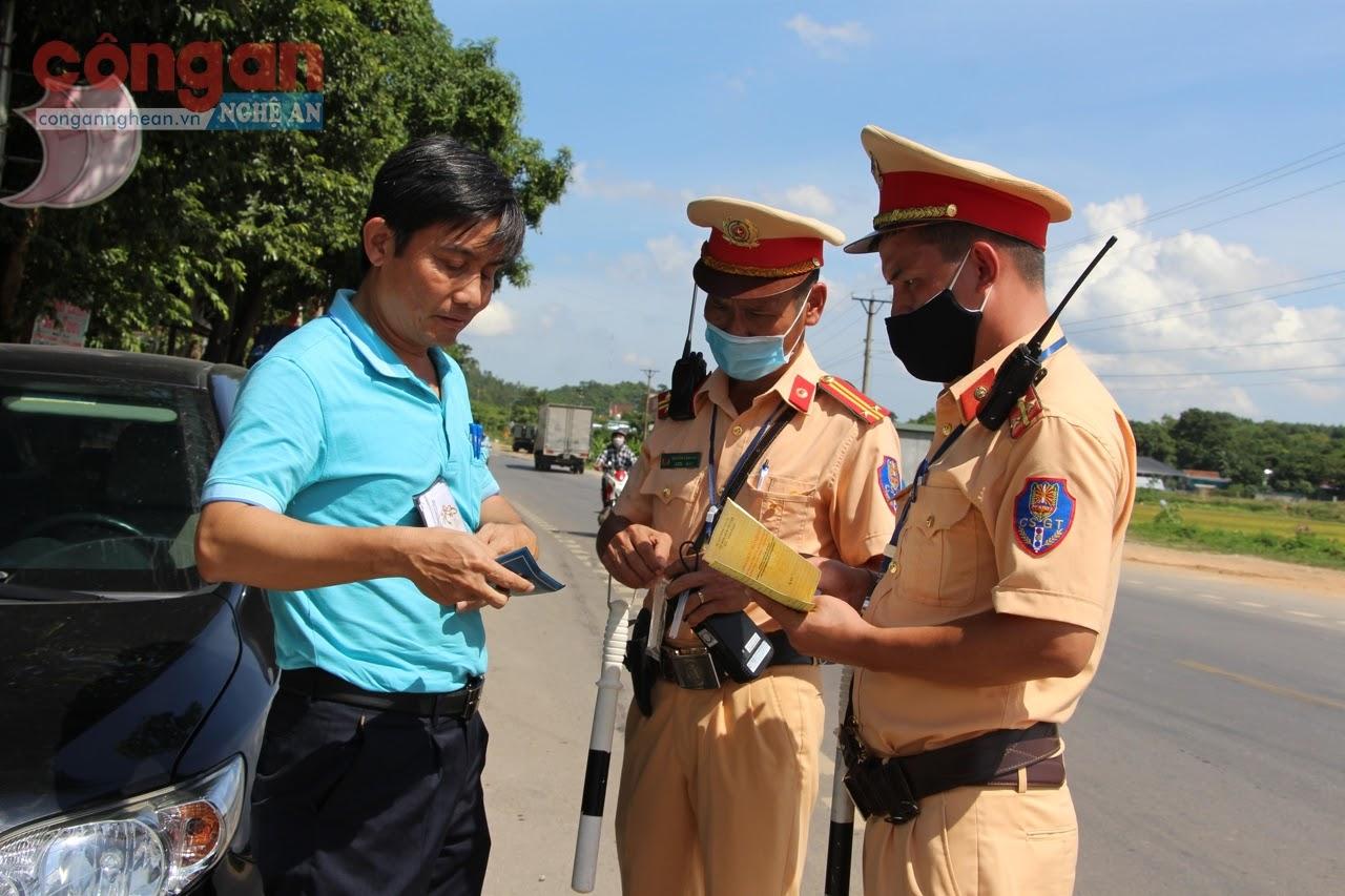 CBCS Đội CSGT số 1, Phòng CSGT Công an tỉnh                           đang kiểm tra hành chính người điều khiển phương tiện                         giao thông trên tuyến Quốc lộ 48
