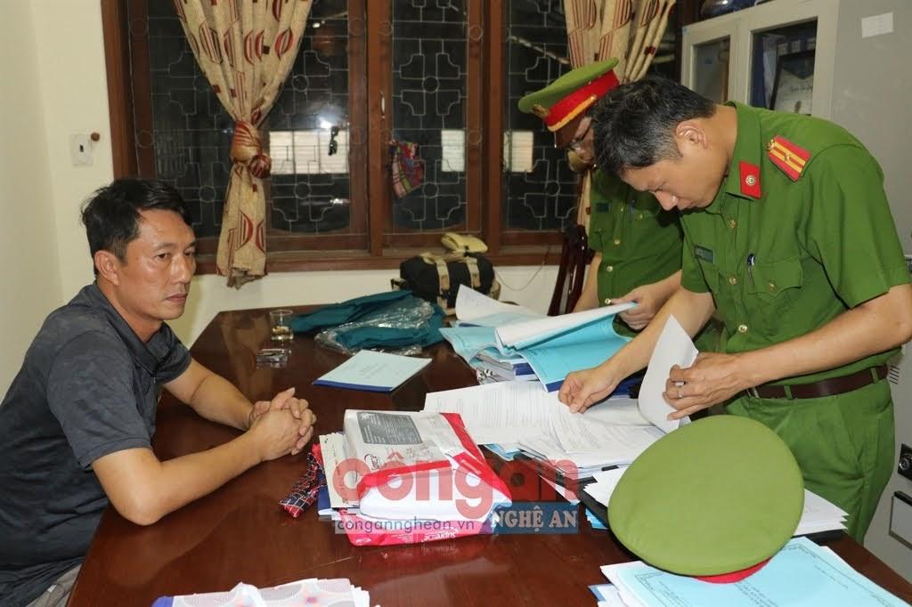 Cơ quan Công an tiến hành khám xét nơi làm việc của ông Nguyễn Tâm Long, tại Ban dân tộc tỉnh Nghệ An vào ngày 23/7/2020.