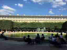エミリー、パリへ行く The park met Mindy The Palais-Royal