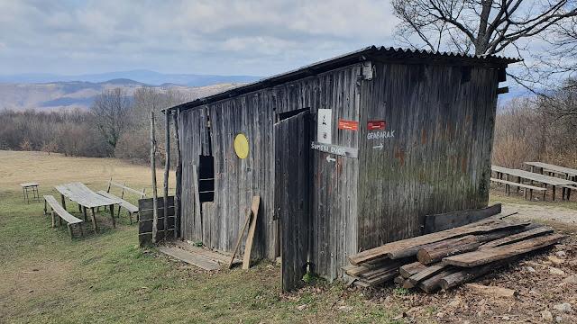 Srušena drvarnica pokraj planinarskog doma na Japetiću