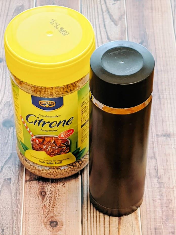 クルーガーレモンティーのボトルと右にブラウンの水筒