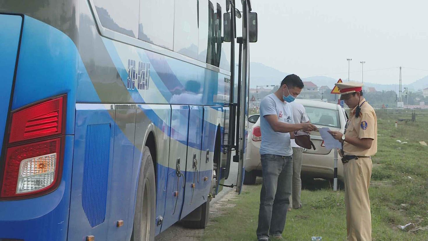 Đội CSGT số 1  (Phòng CSGT  - Công an Nghệ An) kiểm tra hành chính người điều khiển phương tiện.