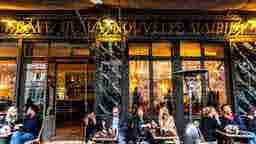 エミリー、パリへ行く Cafe nearby Emily's house Café de la Nouvelle Mairie