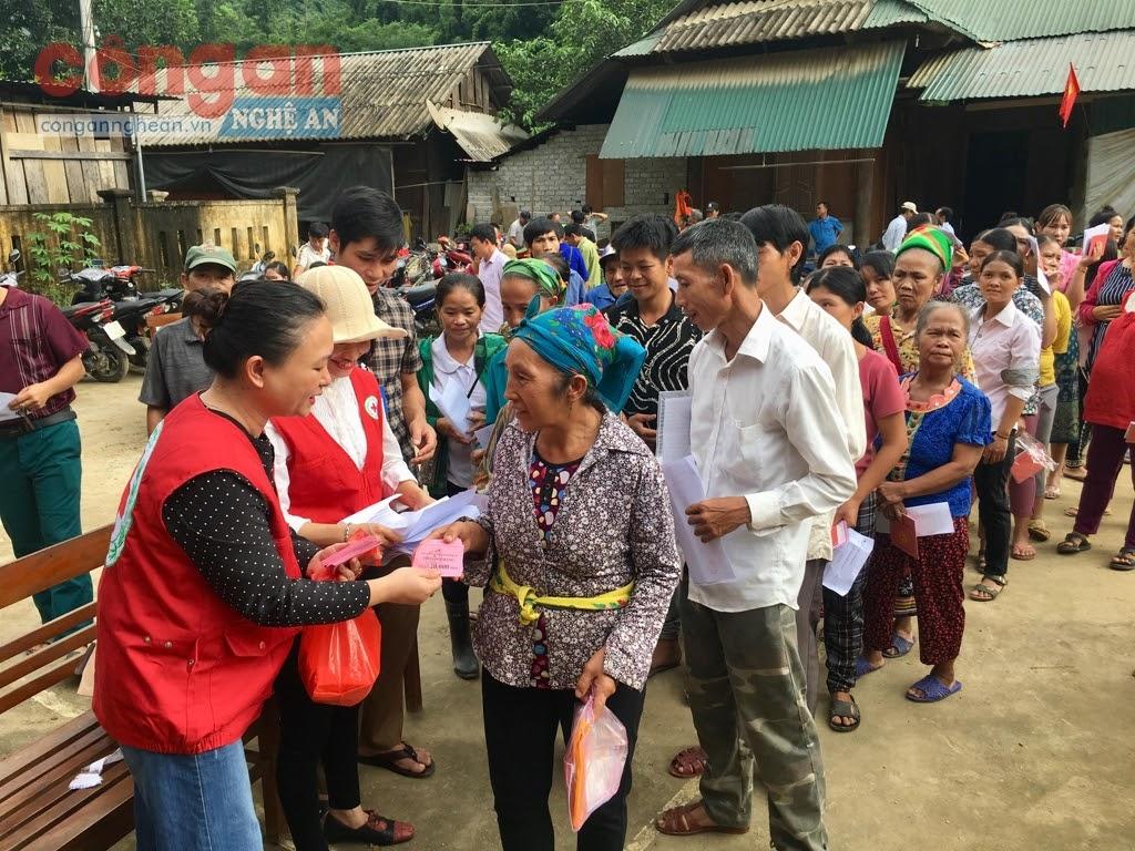 Phát phiếu cho người dân vào chợ nhân đạo