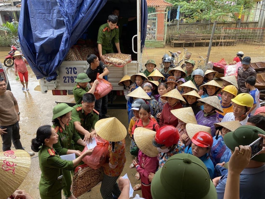 Đồng chí làm Trưởng đoàn cùng một số nhà hảo tâm đã trực tiếp vào vùng rốn lũ xã UBND xã Liên Thủy, huyện Lệ Thủy, tỉnh Quảng Bình để trực tiếp động viên, chia sẻ với người dân.