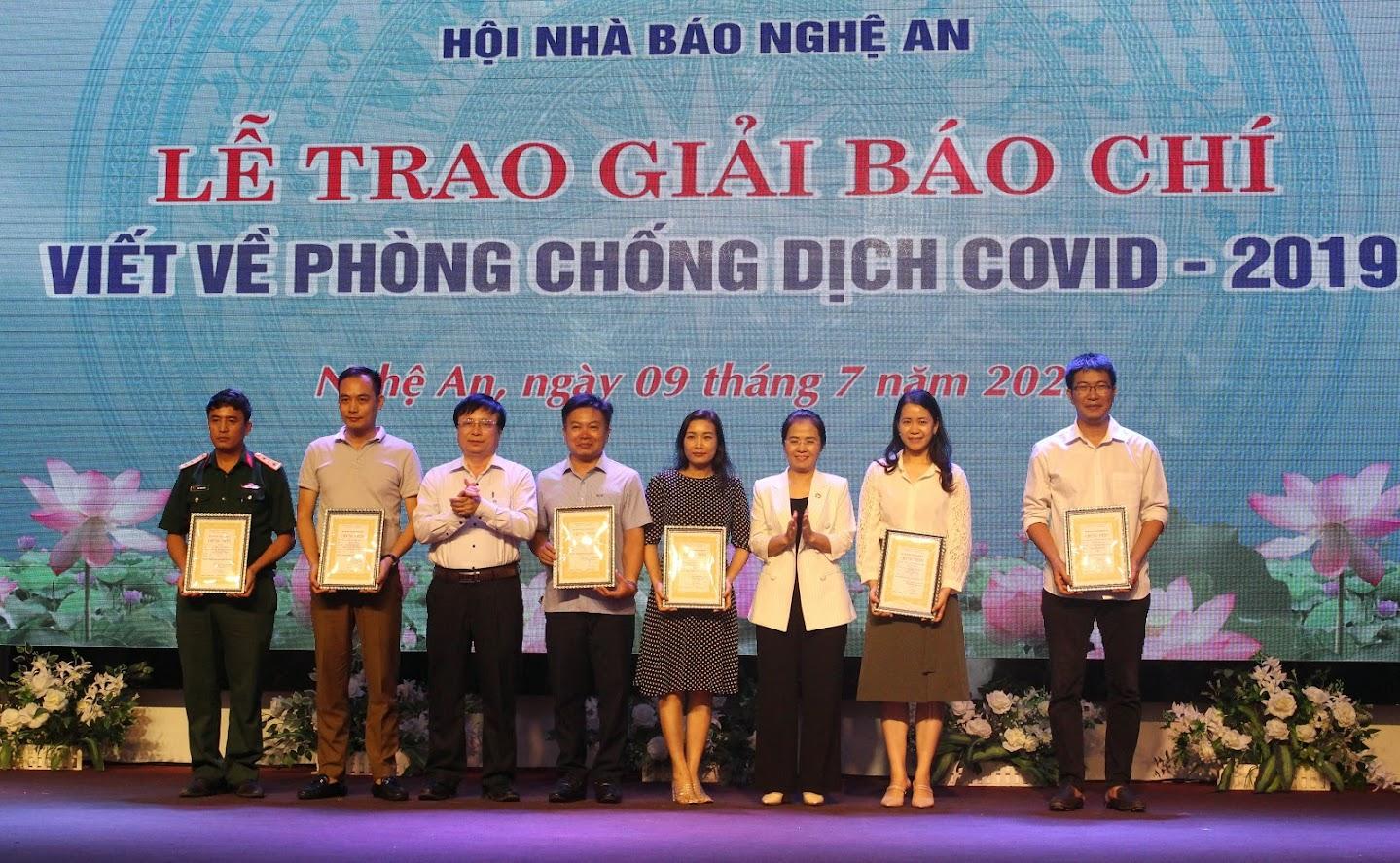 Đồng chí Võ Thị Minh Sinh - Chủ tịch Ủy ban MTTQ tỉnh và đồng chí Bùi Đình Long - Phó Chủ tịch UBND tỉnh trao giải Nhì cho các tác giả