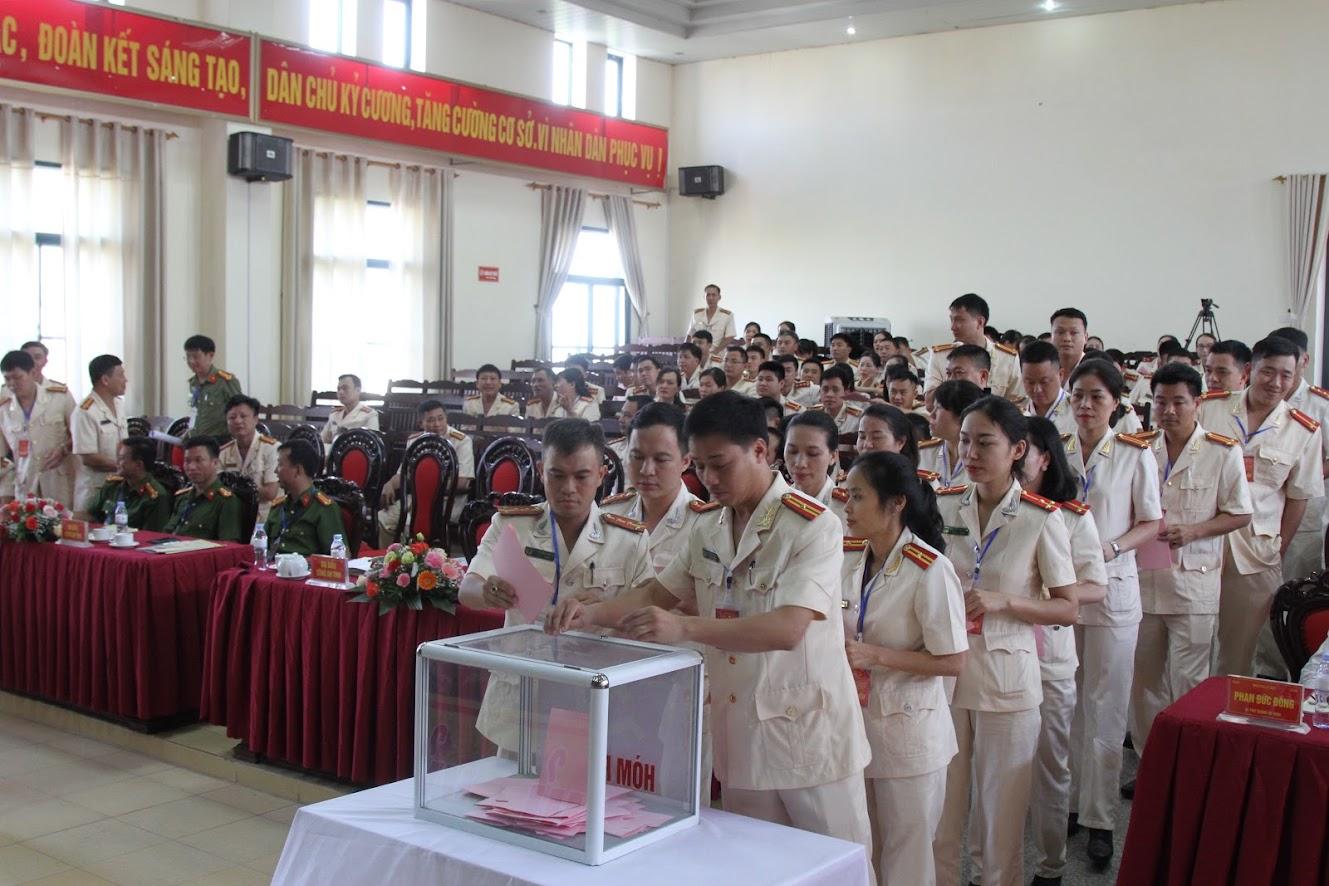 Các Đại biểu bỏ phiếu bầu BCH nhiệm kỳ mới.