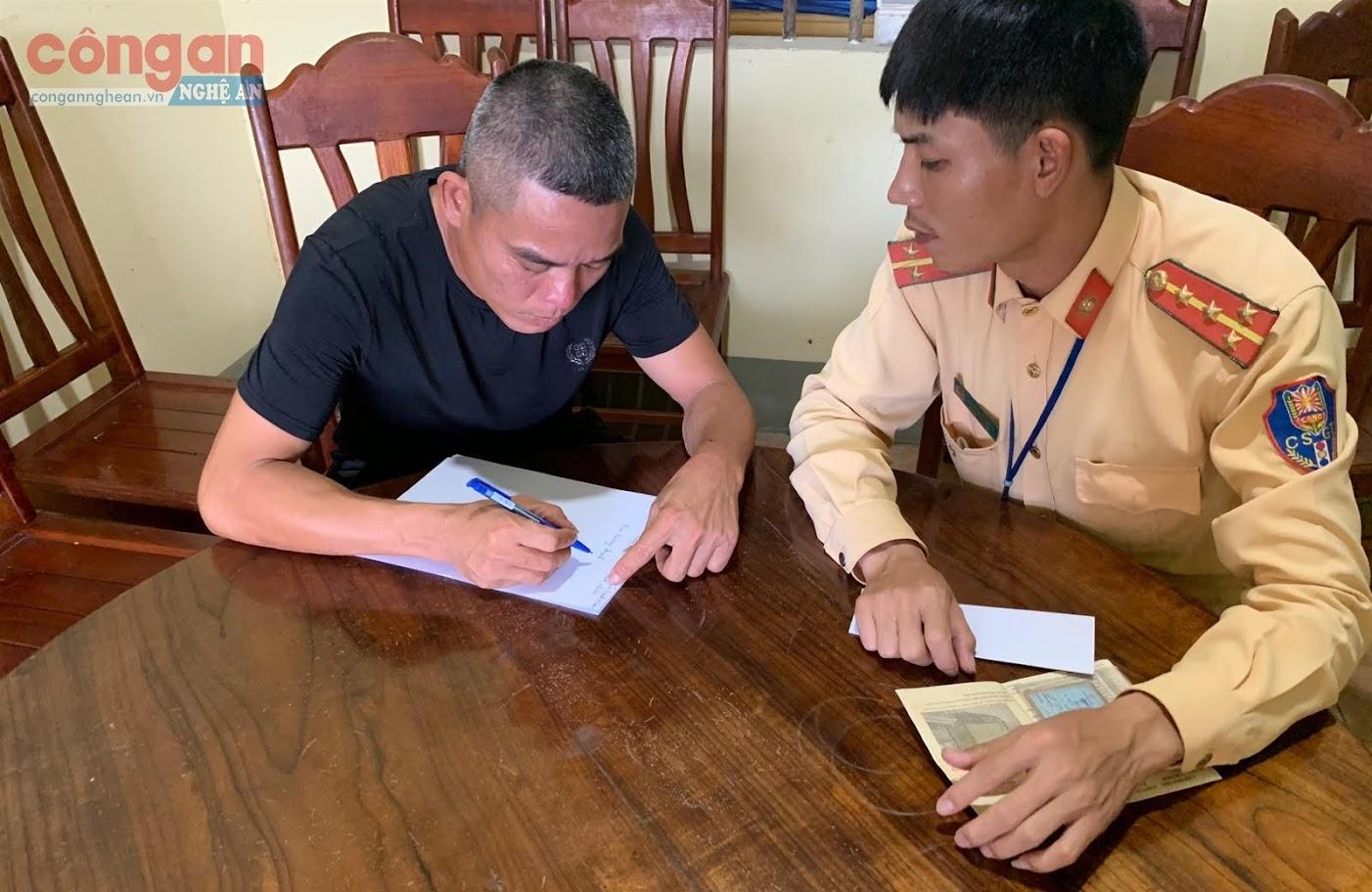 Cán bộ Đội CSGT số 2 lập biên bản vi phạm đối với                lái xe Hồ Sỹ Thìn