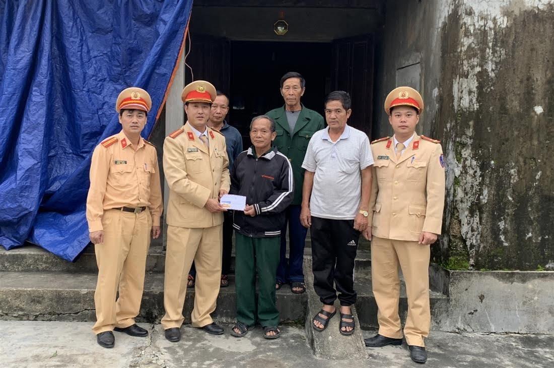 Đội CSGT-TT Công an huyện Hưng Nguyên trao quà cho 2 gia đình