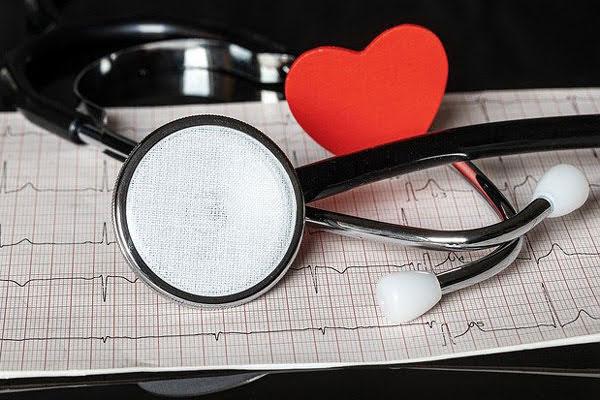 Stetoskop dan hasil elektrokardiogram EKG untuk penyakit jantung