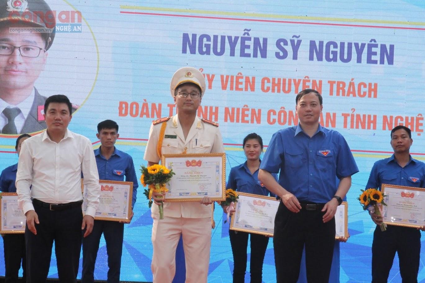 Thượng úy Nguyễn Sỹ Nguyên, Ủy viên chuyên trách, Đoàn Thanh niên Công an tỉnh nhận giải thưởng Lý Tự Trọng cấp tỉnh năm 2020.