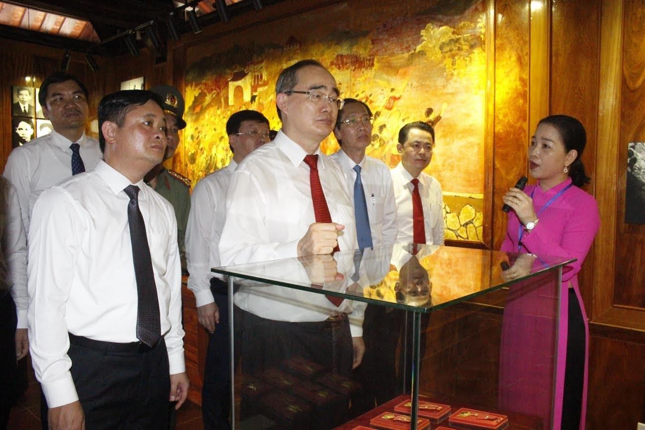 Các đại biểu tham dự lễ khánh thành và bàn giao công trình nâng cấp nhà trưng bày bổ sung và nhà bái đường tại Khu di tích lịch sử quốc gia đặc biệt Kim Liên, huyện Nam Đàn