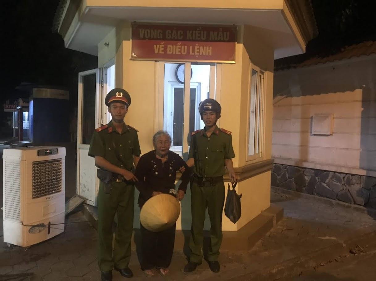 Cụ bà được cán bộ, chiến sĩ Phòng Cảnh sát cơ động Công an tỉnh Nghệ An cưu mang và đưa về tận gia đình.