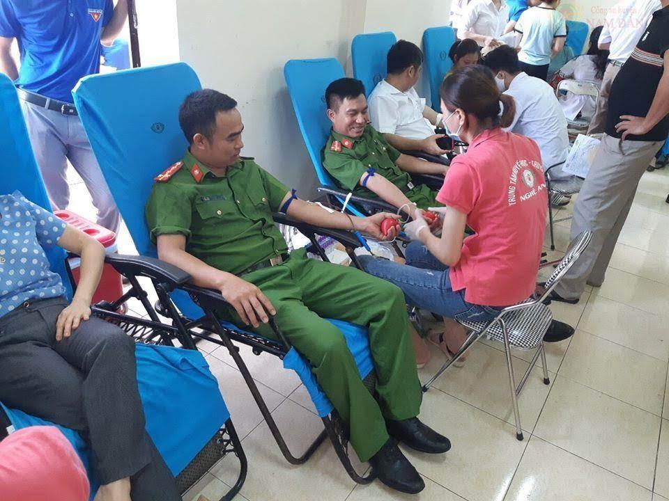 Cán bộ, chiến sỹ Công an huyện Nam Đàn tham gia hiến máu tình nguyện vì cộng đồng.
