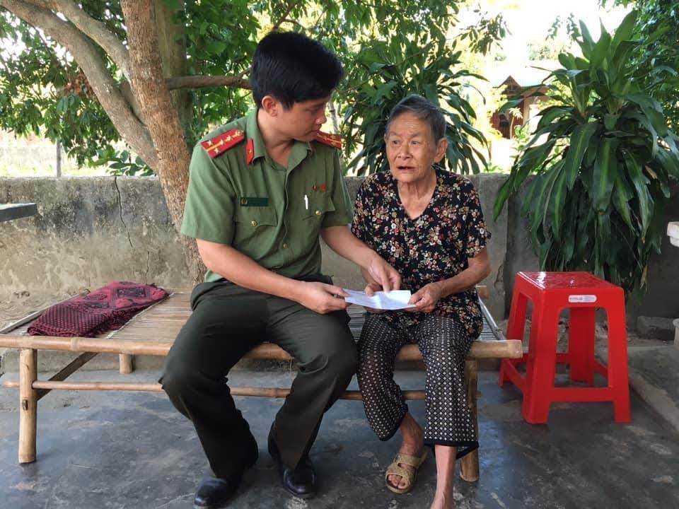 Đại úy Nguyễn Đình Khánh, Bí thư Đoàn thanh niên Công an tỉnh thăm hỏi, tặng quà cho Mẹ Nguyễn Thị Khanh