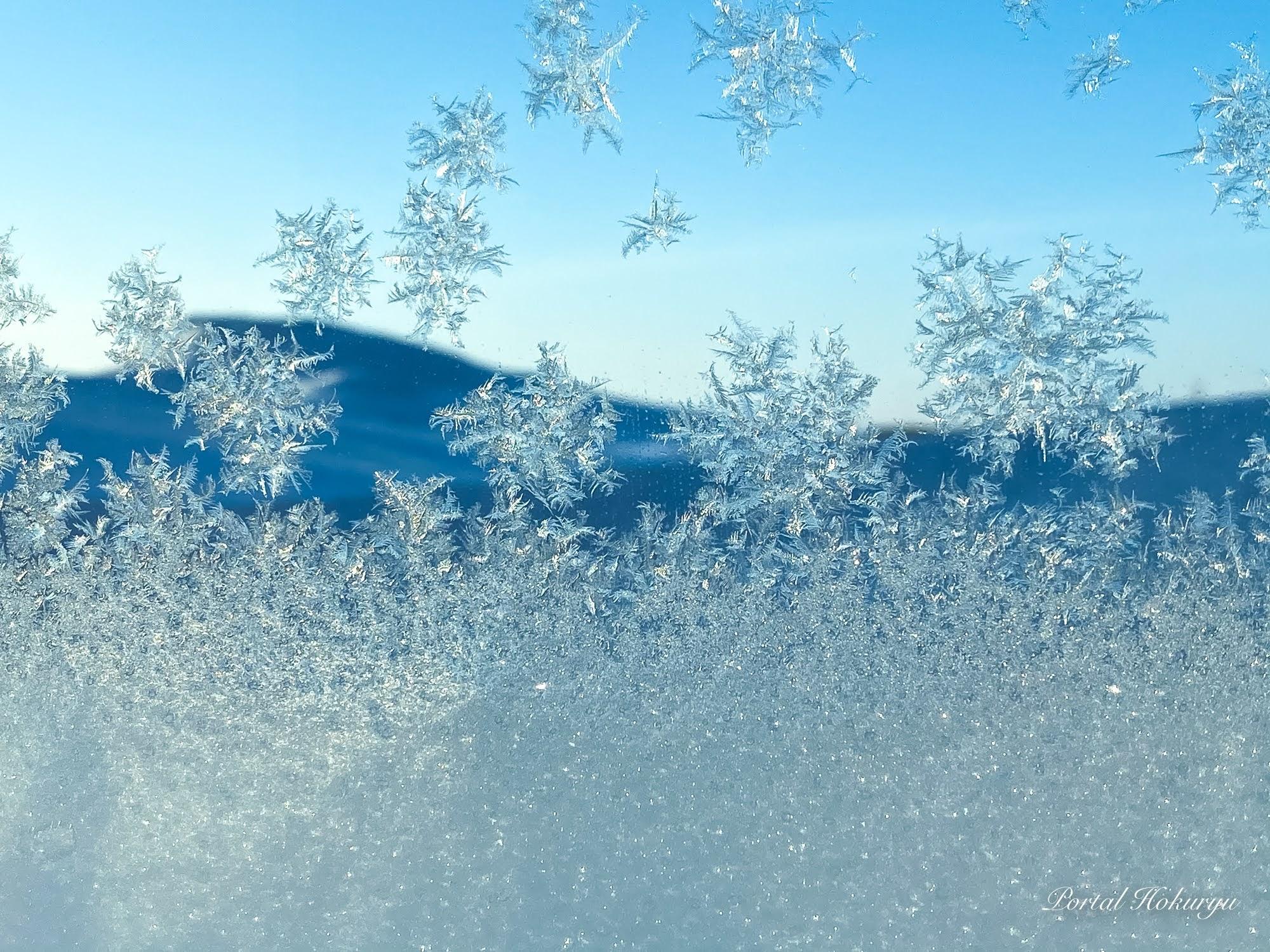 窓に描く雪の結晶