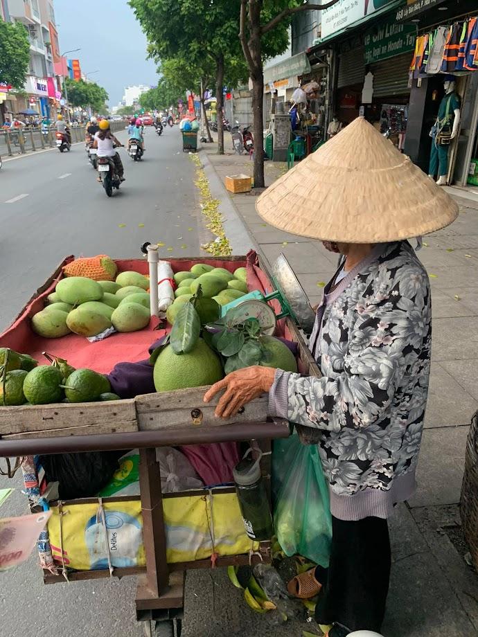 Bà lão bán trái cây đường Lũy Bán Bích quận Tân Phú
