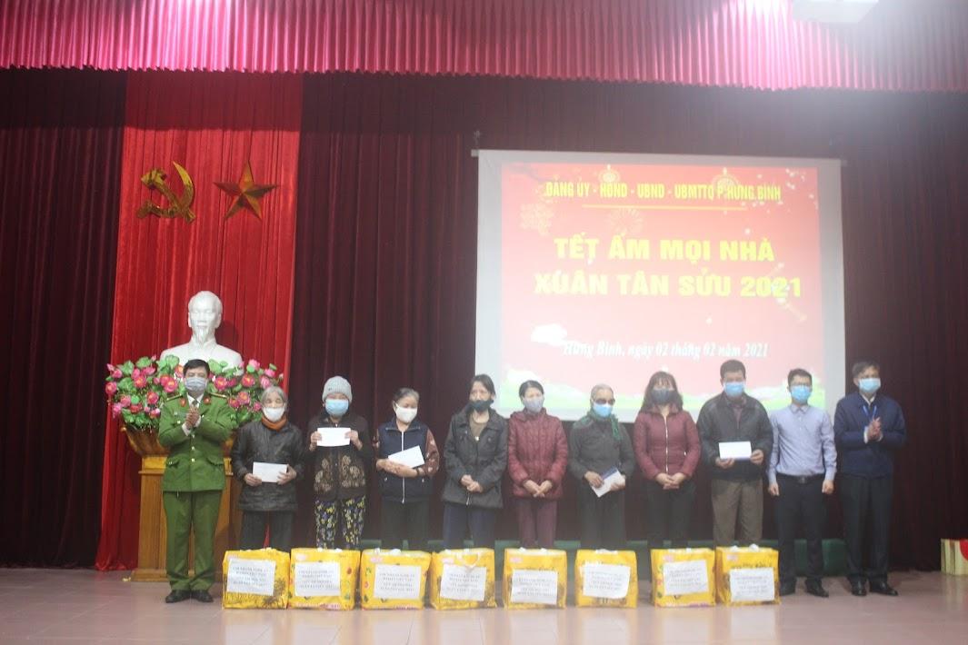 Đại diện cấp ủy, chính quyền phường Hưng Bình cùng với đại diện các cơ quan, đơn vị, doanh nghiệp, các nhà hảo tâm trao quà cho các hộ gia đình có hoàn cảnh khó khăn, gia đình chính sách