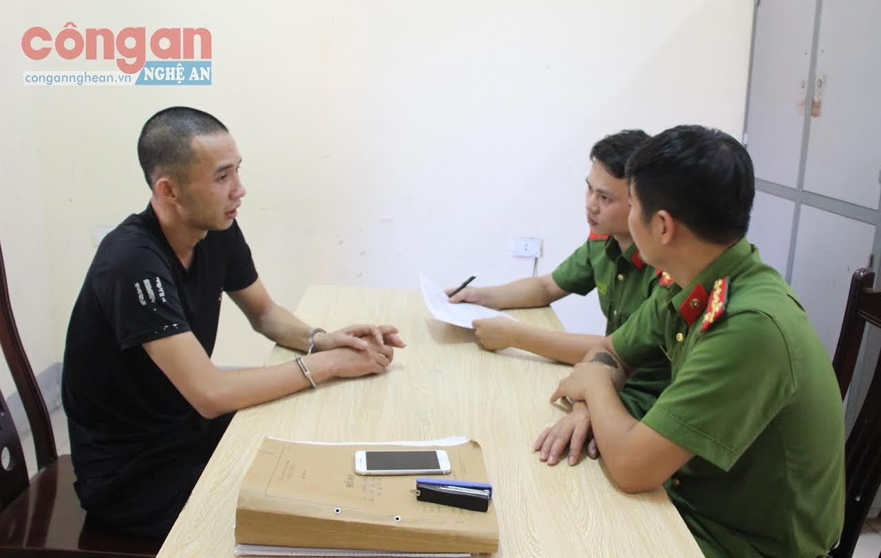 Cán bộ Công an huyện Diễn Châu lấy lời khai đối tượng chuyên trộm xe máy