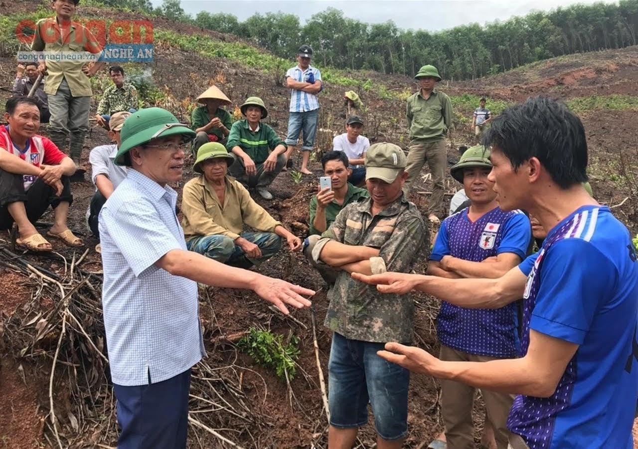 Người dân và Lâm trường Đồng Hợp tranh chấp đất kéo dài dẫn đến xô xát, buộc lãnh đạo huyện này phải đối thoại             ngay tại hiện trường