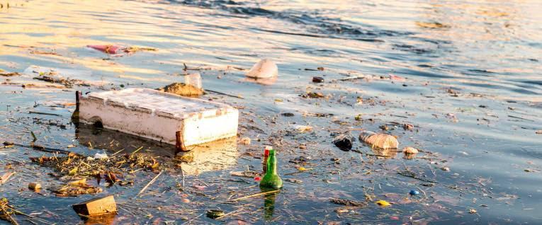 Plastový odpad v rieke