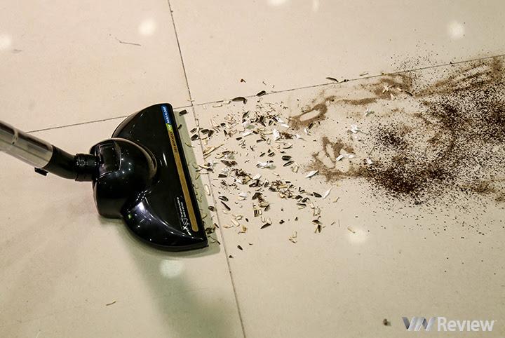 Thử nghiệm hút các vụn giấy, cát, bột cà phê và một kít hạt đậu