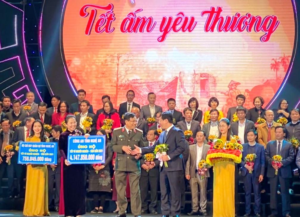 Đồng chí Đại tá Hồ Văn Tứ - Phó Giám đốc Công an tỉnh trao số tiền hơn 4,1 tỉ đồng cho tỉnh Nghệ An