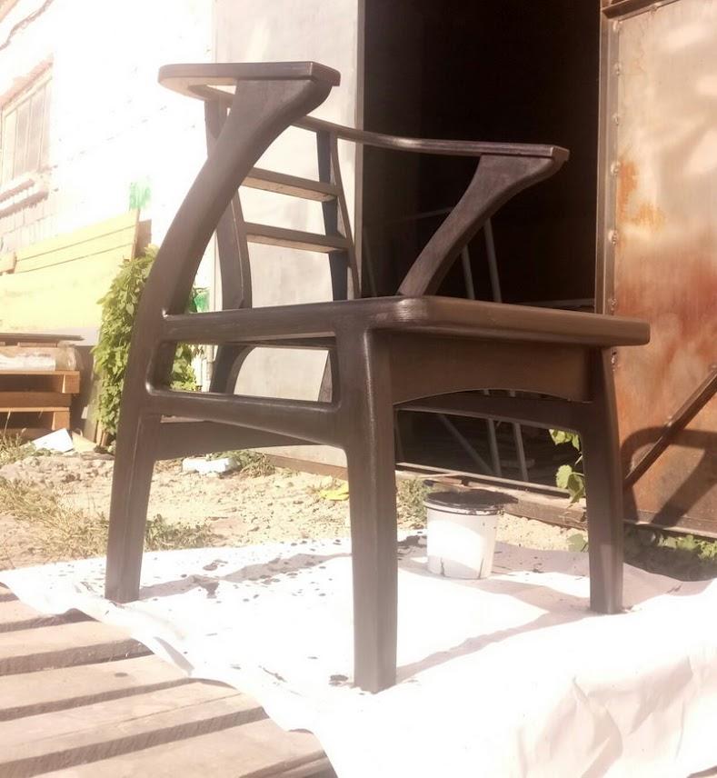 кресло в момент покраски, еще будет покрываться лаком