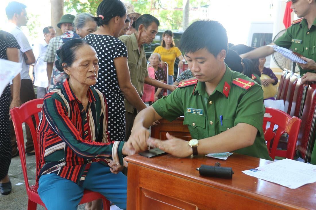 Các đồng chí Đoàn viên Chi đoàn phòng QLHC về TTXH và Chi đoàn Công an huyện Nam Đàn tiến hành tổ chức làm thủ tục cấp mới, cấp đổi chứng minh nhân dân miễn phí